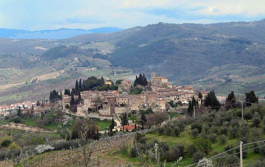 Jeżeli marzysz o wakacyjnej podróży, w czasie której poznasz piękne miejsca owiane historią to rewelacyjnym wyborem będzie Chianti. Jest to region położony w samym centrum Toskanii, skąd łatwo dostaniesz się do większości średniowiecznych miast, wiosek i zamków.